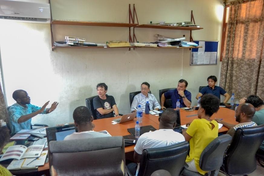 Uma equipe da Universidade Ehime visita FAPF